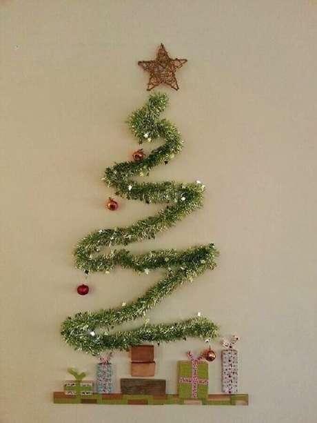 22. Decoração simples com árvore feita com festão de Natal na parede – Foto: Reciclar e Decorar