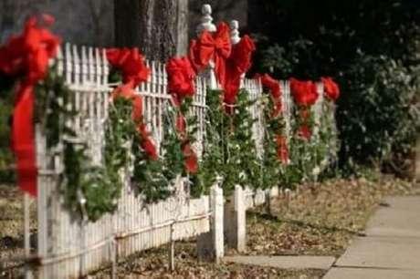 25. Festão de Natal decorado com fita vermelha para área externa – Foto: Pinterest