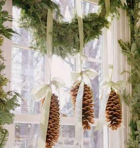 26. Decoração de Natal com festão e pinhas – Foto: Fashion Bubbles