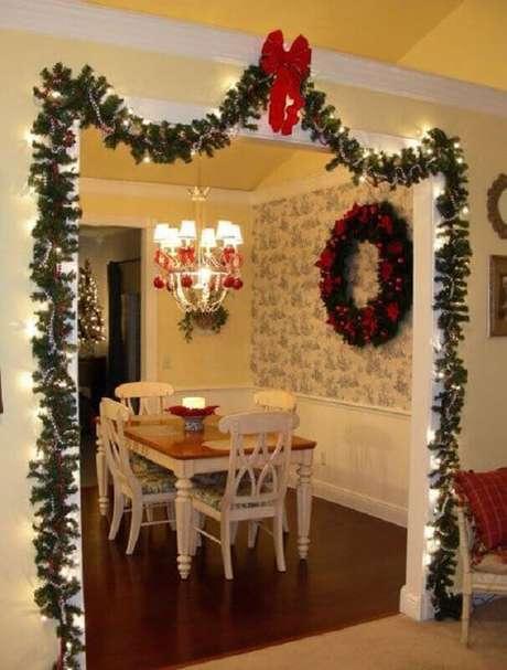 27. Invista em enfeites de Natal com festão para decorar a divisão de ambientes – Foto: Witty Bash