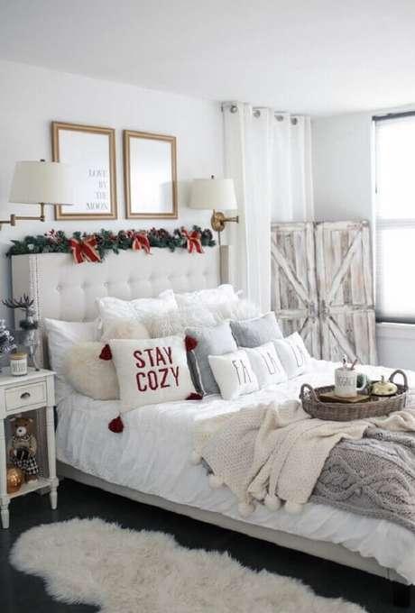 28. Decoração de quarto todo branco com festão de Natal decorado na cabeceira – Foto: The House of Sequins