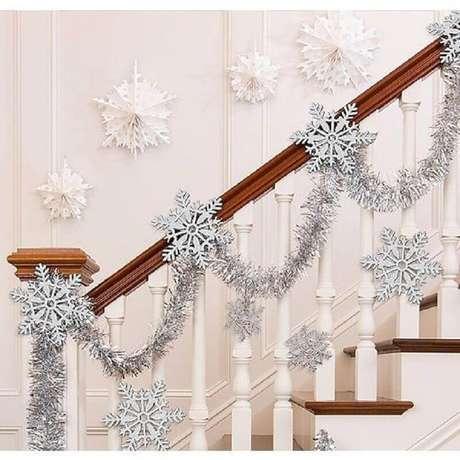 29. Decoração clean com festão de Natal prata para escada – Foto: Party City