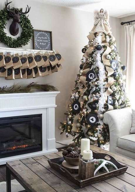 32. Decoração de sala com festão de Natal branco para árvore grande com anjo no topo – Foto: Pinterest
