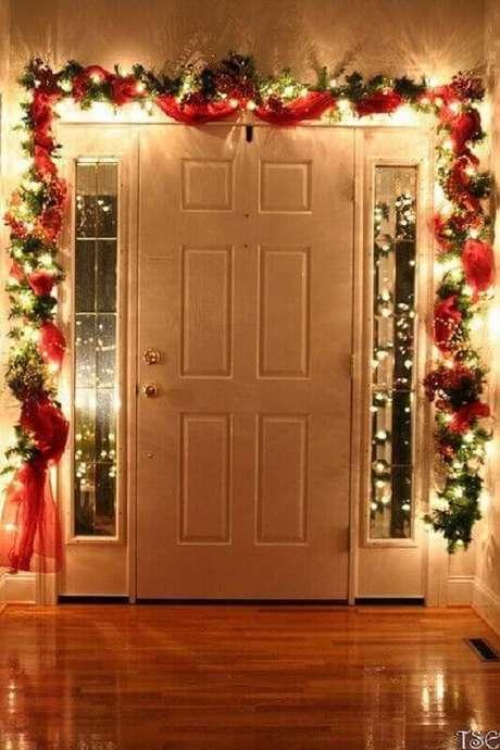 34. Decoração com festão de Natal e pisca pisca para porta de entrada – Foto: Pinterest
