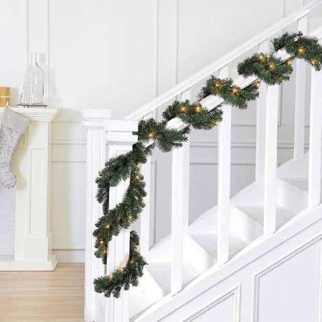 35. Decoração clean com pisca pisca e festão de Natal em corrimão da escada – Foto: The Home Depot
