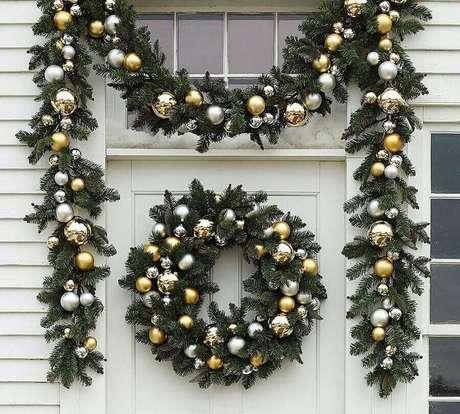 37. Guirlanda e festão de Natal decorado com bolas douradas e prateadas – Foto: Pottery Barn