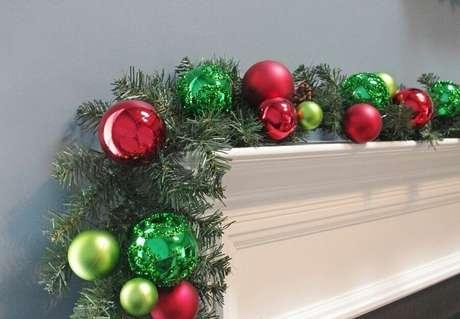 7. Bolas natalinas são ótimas para complementar a decoração com festão de Natal – Foto: eBay