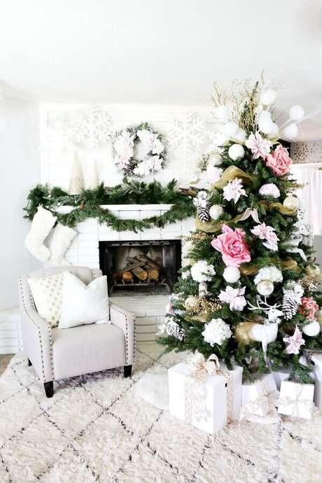 42. Festão de Natal para decorar sala branca com árvore de Natal com flores grandes – Foto: The Wow Decor