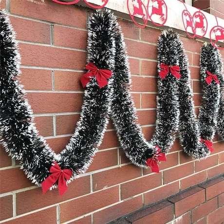 44. Festão de Natal verde com detalhes imitando neve para área externa – Foto: Jeito de Casa