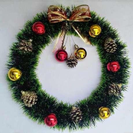 46. O festão de Natal é excelente para fazer uma bela guirlanda para porta – Foto: Loiza Nicolau