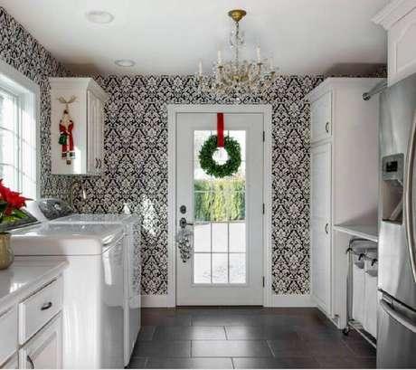 48. Guirlanda de festão de Natal para decoração de lavanderia toda branca – Foto: Apartment Therapy