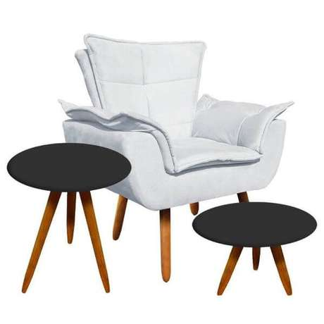 26. Poltrona opala branca com mesa lateral preta na decoração – Via: Pinterest