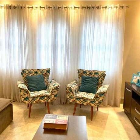 17. Poltrona opala estampada na sala de estar moderna – Via: Pinterest