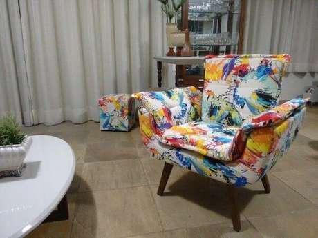 5. Poltrona estampada e colorida para sala neutra – Via: Pinterest