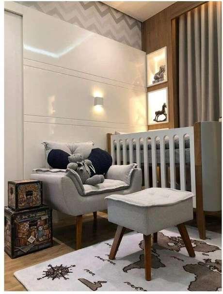 4. Poltrona opala com puff no quarto de bebê – Via: Amazon