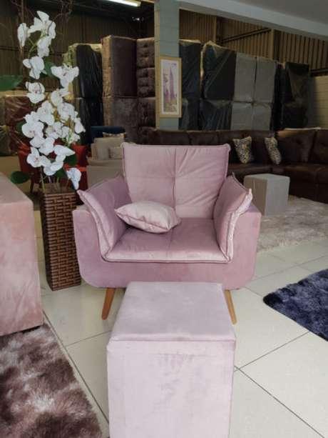 6. Sala com poltrona rosa – Via: Pinterest