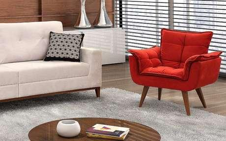 9. Sala de estar neutra com poltrona opala vermelha em destaque – Via: Pinterest