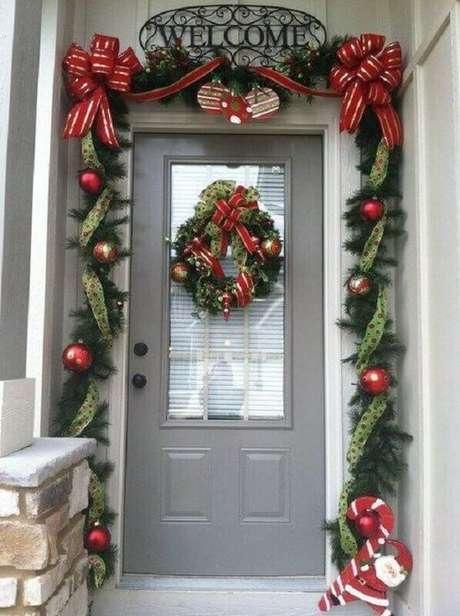49. Fachada de casa com festão de Natal decorado com laços de fita e bolas natalinas – Foto: Pinterest