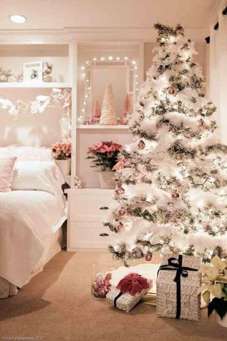 50. Decoração de quarto branco com festão de Natal prata para árvore de Natal branca – Foto: Pinterest