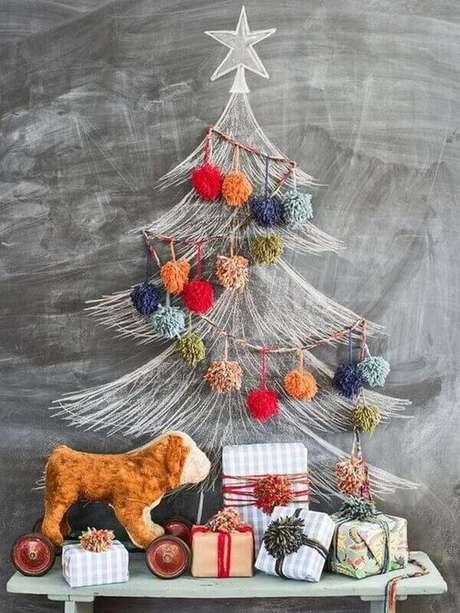 62. Decoração com árvore de natal diferente na parede – Via: Farmhouse christmas wall Decor