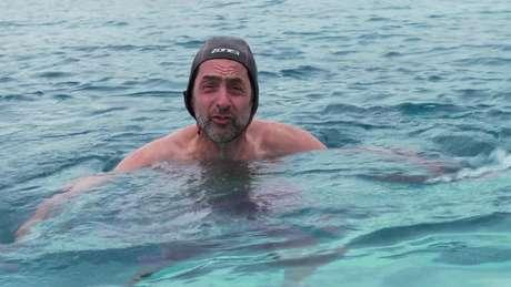 O repórter da BBC Justin Rowlatt experimenta a natação em água gelada