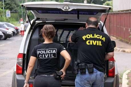 Agentes da Polícia Civil durante operação