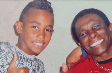 Neguinho da Beija-Flor em foto antiga ao lado de seu neto, Gabriel