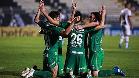 Jogadores da Chapecoense comemoram gol na vitória diante da Ponte Preta