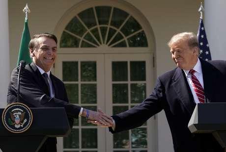 Bolsonaro e Trump se cumprimentam em encontro em Washington, em março do ano passado 19/03/2019 REUTERS/Kevin Lamarque