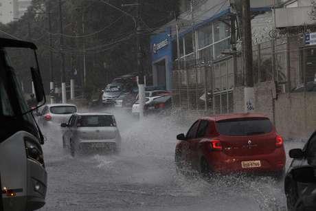 Trânsito na Av Roberto Marinho e Viaduto Luiz Eduardo Magalhães em dia de chuva, em São Paulo