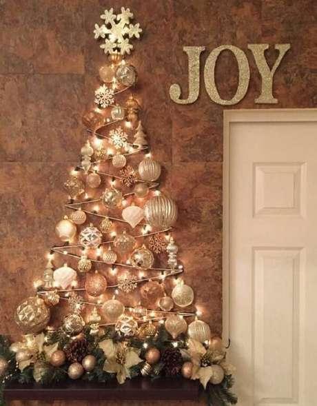 63. Árvore de natal diferente e bem decorada na parede – Via: Pinterest