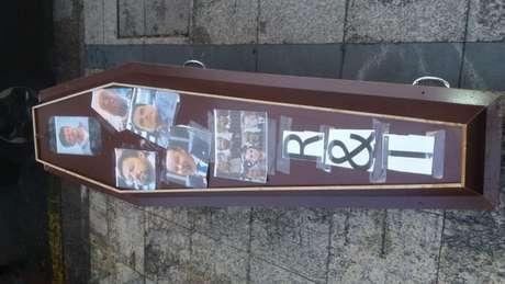 Um caixão com políticos do clube foi colocado em frente ao Parque São Jorge (Foto: Reprodução/Twitter Camisa 12)