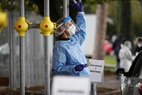 Operadora sanitária em área de testagem para Covid-19 em Roma, capital da Itália