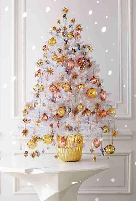 65. Árvore de natal diferente branca com enfeites dourados e rose gold – Via: Martha Stewart