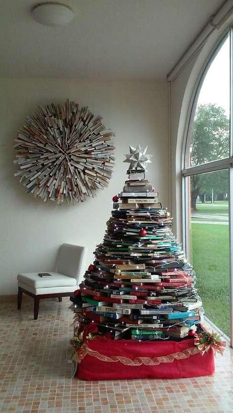 2. Árvore de natal feita com livros – Via: Pinterest