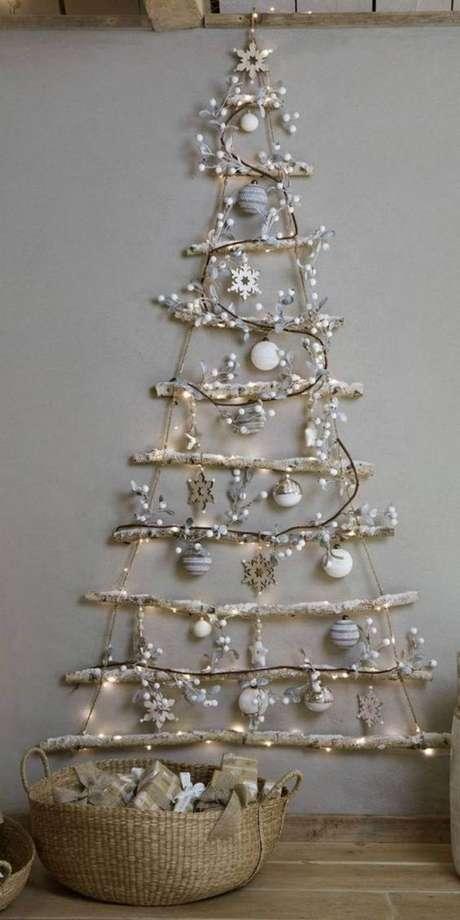 5. Árvore de natal de madeira e luzes – Via: Pinterest