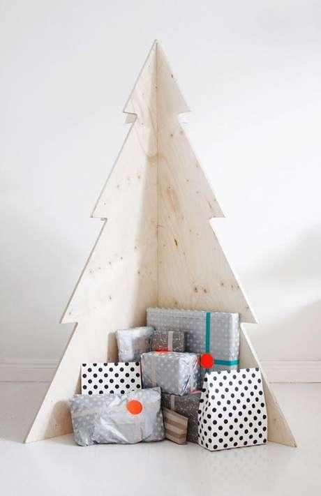 16. Árvore de natal de madeira com presentes abaixo – Via: Follow the Colours
