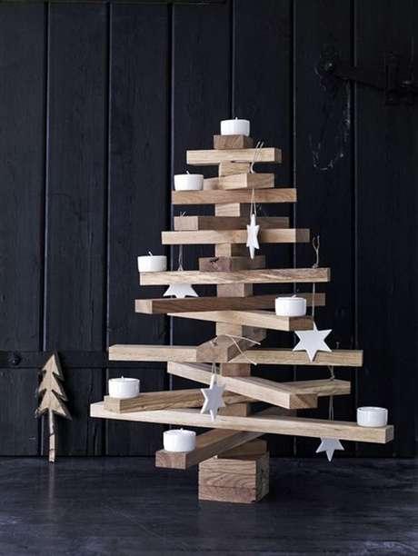 17. Árvore de natal de madeira com estrelas brancas – Via: Pinterest