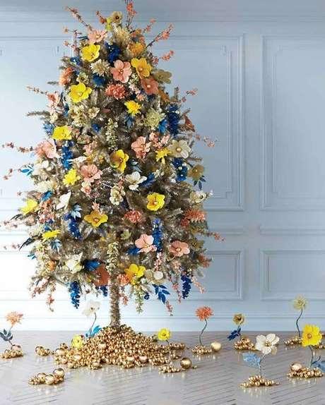 66. Árvore de natal diferente decorada com flores – Via: Pinterest