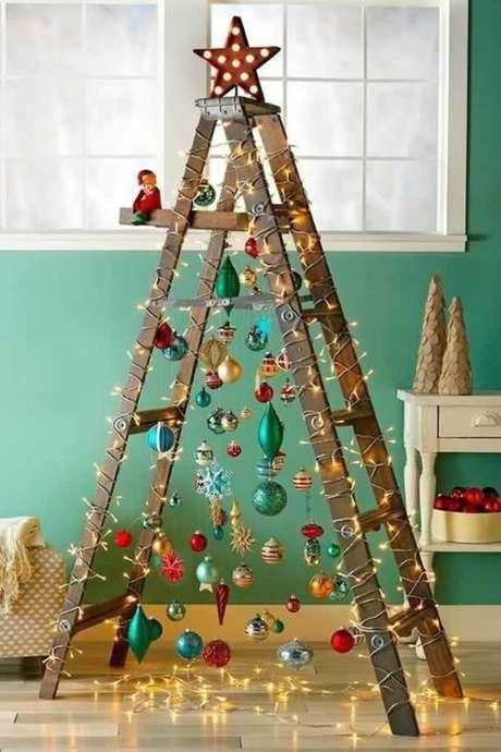 20. Escada com árvore de natal iluminada – Via: Artesanato Brasil