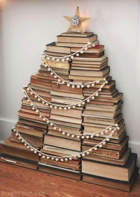 22. Árvore de natal diferente com livros – Via: Pinterest