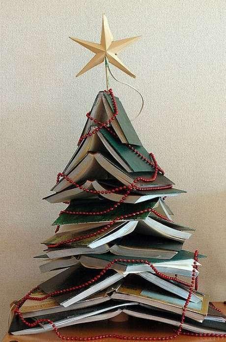 23. Árvore de natal diferente feita com livros – Via: Reciclar e Decorar