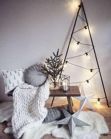 24. Árvore de natal de ferro com luzes modernas – Via: Pinterest