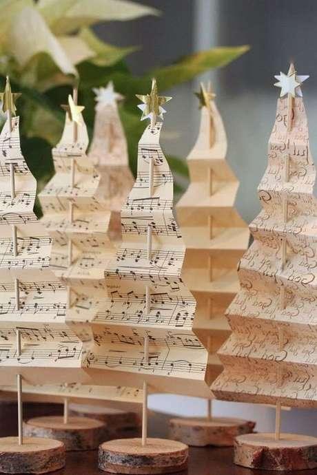 26. Árvore de natal diferente feita com papel pequeno – Via: Pinterest