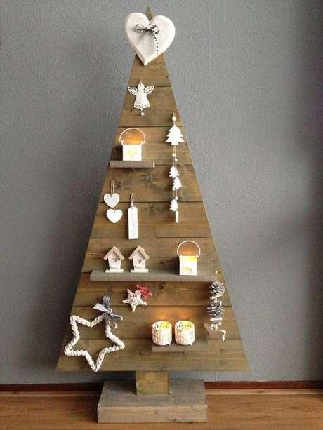 29. Árvore de natal diferente de madeira com estante – Via: Pinterest