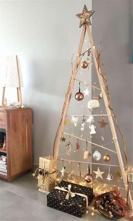 31. Árvore de natal diferente de madeira simples – Via: Pinterest