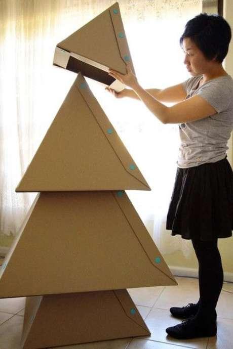 32. Árvore de natal diferente feita de papelão – Via: Meu lar minha paz