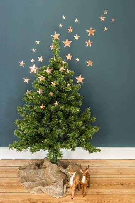 27. Árvore de natal diferente decorada com estrelas – Via: Pinterest