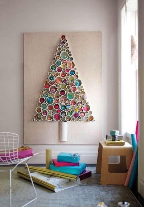 34. Árvore de natal diferente e colorida na parede – Via: Pinterest