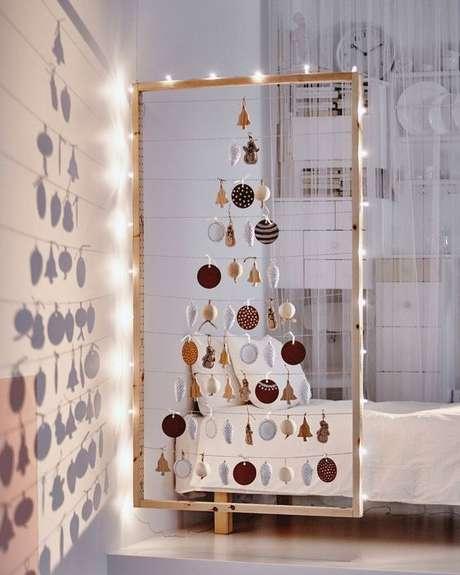 39. Árvore de natal diferente na parede de casa – Via: Pinterest